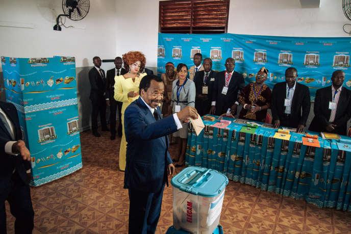 Le président camerounais, Paul Biya, vote lors de l'élection présidentielle, le 7 octobre 2018, à Yaoundé.