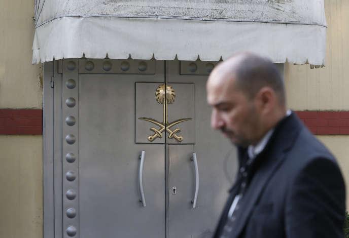 Devant le consulat d'Arabie saoudite de Turquie, où est mort le journaliste Jamal Khashoggi, le 22 octobre à Istanbul.