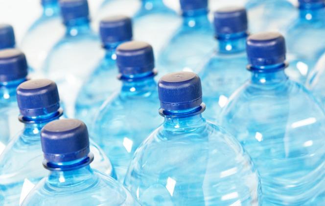 Les participants de l'étude avaient bu de l'eau venue de bouteilles en plastique, matériau retrouvé dans tous les échantillons analysés.