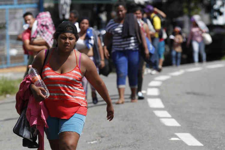 Après avoir réussi à passer la frontière mexicaine, des migrants honduriens poursuivent leur chemin vers les Etats-Unis, aux environs de Tapachula, au Mexique, le 21octobre.