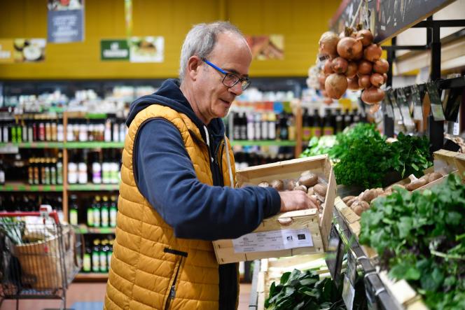Dans une épicerie «bio», à Pont-l'Abbé (Finistère), le 12 mars.