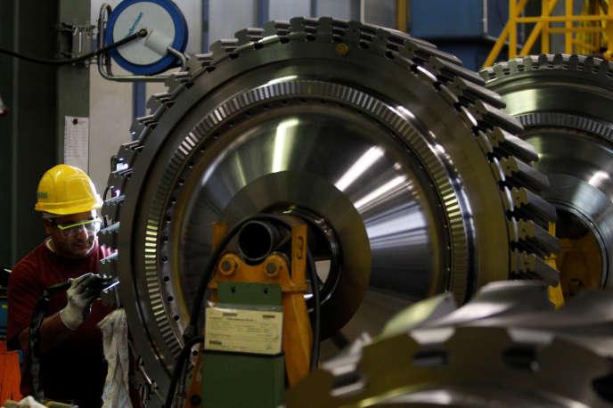 Fabrication d'une turbine à gaz dans l'usine Siemens de Berlin, en Allemagne, en 2012.