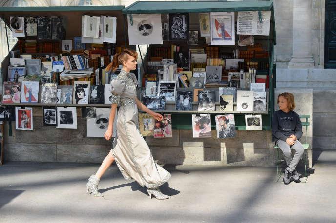 Pour son défilé haute couture automne-hiver 2018, le 3 juillet au Grand Palais, Chanel avait recréé le décor des quais de Seine bordés de bouquinistes.
