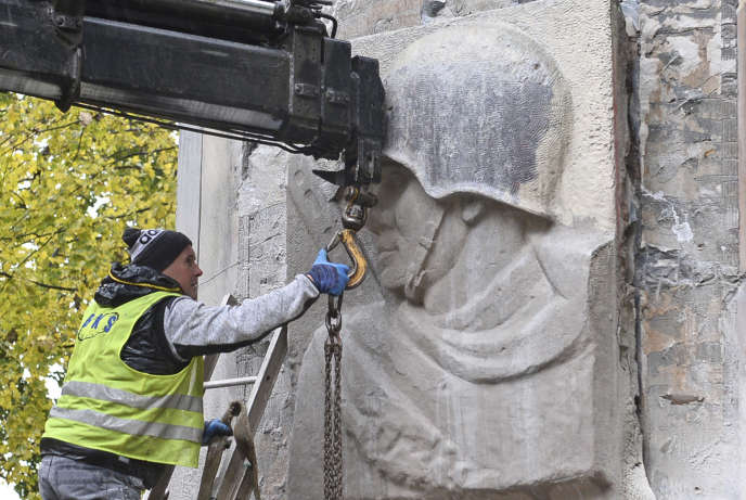Des ouvriers déboulonnent un monument en hommage aux soldats soviétiques, le 23 octobre à Varsovie.