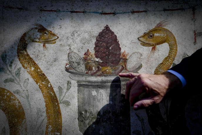 Une fresque du début de notre ère, en excellent état de conservation, découverte lors de fouilles récentes à Pompéi, en Italie, et présentée aux médias, le 5 octobre. Ces découvertes prouvent que la ville n'a pas été détruite par le Vésuve, le 24 août 79, date généralement retenue jusque-là, mais deux mois plus tard.