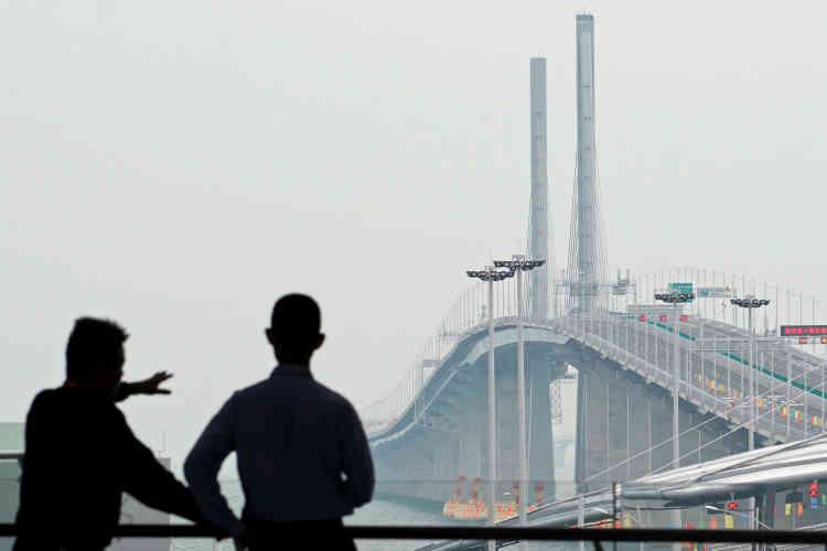 Vue générale du pont après son inauguration. Il permet d'effectuer letrajet en 30 minutes au lieu de plusieurs heures comme c'était le cas jusqu'ici.