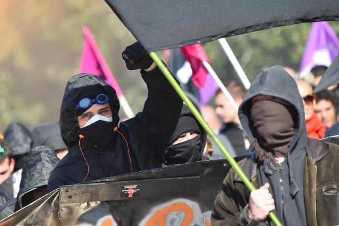 Deux personnes de la mouvance black bloc, le 9 octobre, à Nantes, lors d'une manifestation contre la politique d'Emmanuel Macron.