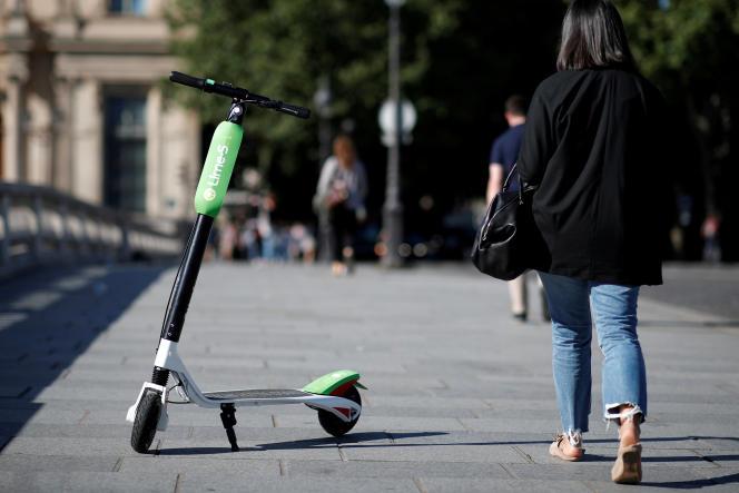 Une trottinette électrique en libre service à Paris, le 22 juin 2018.