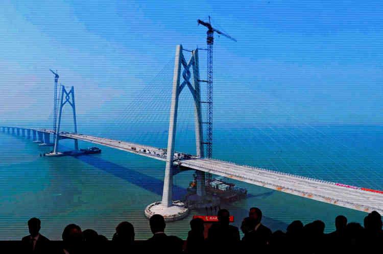 Avant l'inauguration du pont, des invités ont regardé sur un écran une projection montrant l'évolution des travaux.La construction du pont a coûté près de 20 milliards de dollars et a duré presque 10 ans.