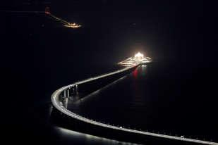 Vue de nuit de la section immergée du pont entre Macao et Hong Kong.