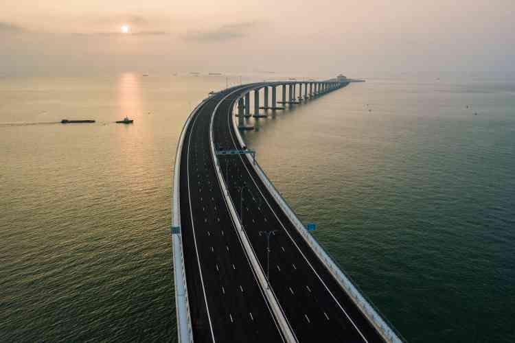 Une section du pont avant qu'il ne se transforme en tunnel. L'inauguration du pont se tient un mois après l'ouverture d'une nouvelle ligne de chemin de fer à haute vitesse entre Hong Kong et le continent Chinois.