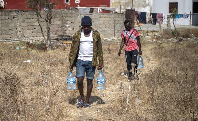 Des migrants subsahariens à Boukhalef, près de Tanger, au Maroc, en septembre 2018.