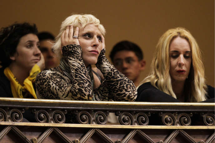 Des militants écoutent les législateurs, peu avant l'adoption de la loi intégrale pour les personnes transsexuelles, à Montevideo, le 19 octobre.