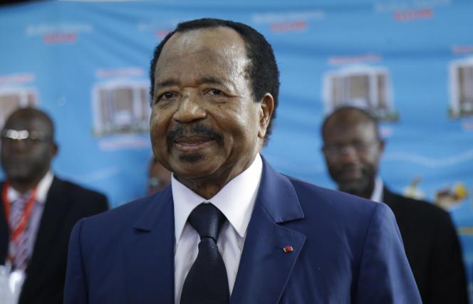 Le président camerounais, Paul Biya, vote lors de l'élection présidentielle, le 7octobre, à Yaoundé.