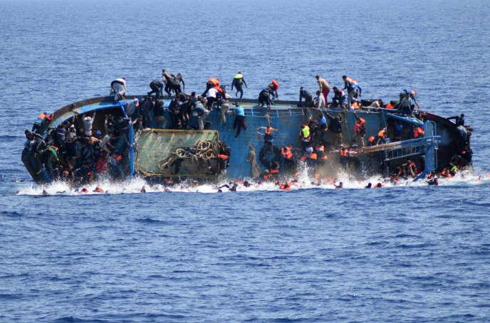 Un navire surchargé de migrants fait naufrage au large des côtes libyennes, le 25 mai 2016, avant son sauvetage par la marine italienne.