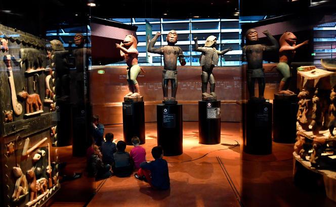 Desœuvres originaires du royaume du Dahomey, dans l'actuel Bénin, au musée du Quai Branly, à Paris, en juin 2018.