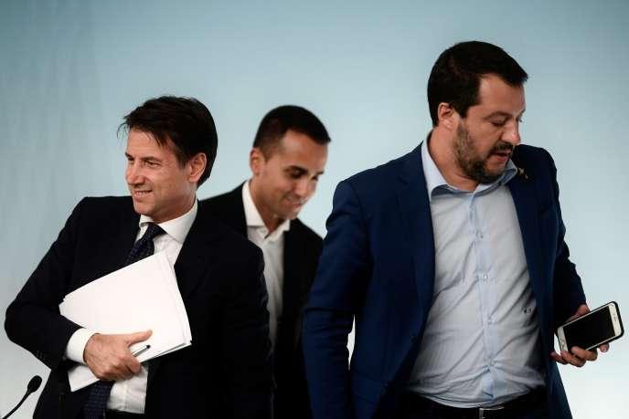 Le chef du gouvernement italien, Giuseppe Conte, et ses deux vice-premiers ministres, Luigi Di Maio et Matteo Salvini, à Rome, le 15 octobre.