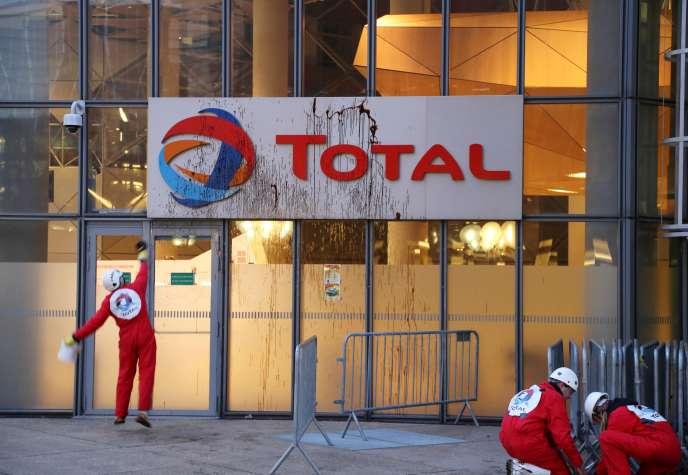 Action par l'ONG Greenpeace contre un projet d'extraction pétrolière au Brésil, au siège de Total, à Paris, en mars 2017.