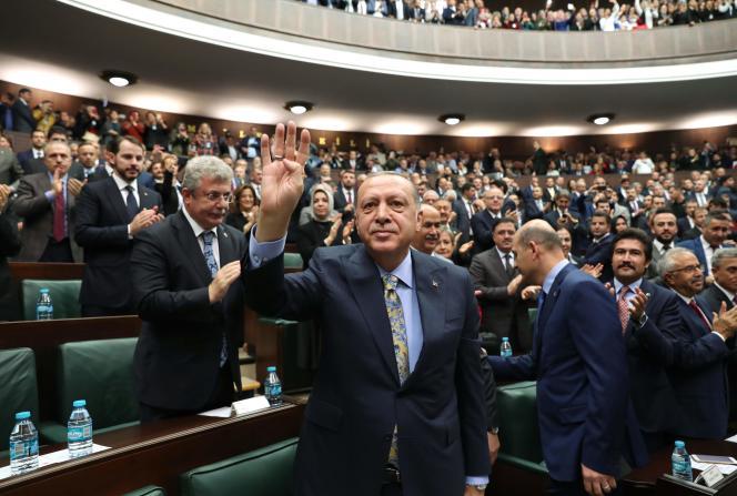 Après son discours sur l'affaire Khashoggi devant les parlementaires de son parti, l'AKP, le 23 octobre, à Ankara, le président turc Recep Tayyip Erdogan fait le signe Rabia (signe de de ralliement des Frères musulmans) avec sa main droite.
