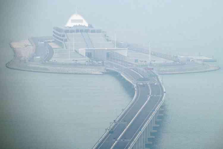 La section centrale du pont entre Macao et Hong Kong se transforme en un tunnel afin de laisser un passage aux bateaux à travers le delta de la rivière des Perles, qui est un des poumons économiques de la Chine.