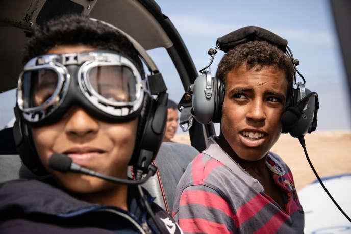Lors d'un baptême de l'air à Tarfaya, au Maroc, pendant le raid Latécoère-Aéropostale.