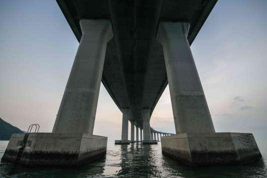 « Il est possible que ce pont ne soit jamais rentable, estime Jean-Pierre Cabestan, sinologue et professeur à l'université baptiste de Hongkong. Les préoccupations économiques ne sont pas à l'origine de sa construction.»