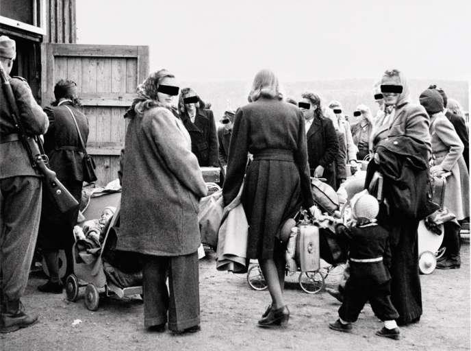 Des Norvégiennes et des Allemandes rassemblées avec leurs enfants avant d'être expulsées vers l'Allemagne en 1946.