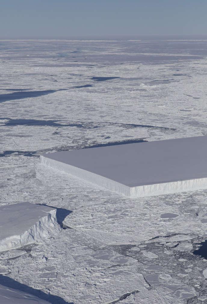 Image prise par la NASA d'un iceberg rectangulaire repéré non loin de la barrière de glace Larsen C, dans le nord-ouest de la mer de Weddell, de laquelle il se serait détaché récemment.