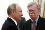 Vladimir Poutine et le conseiller à la sécurité nationale américain, John Bolton, au Kremlin, le 23 octobre.