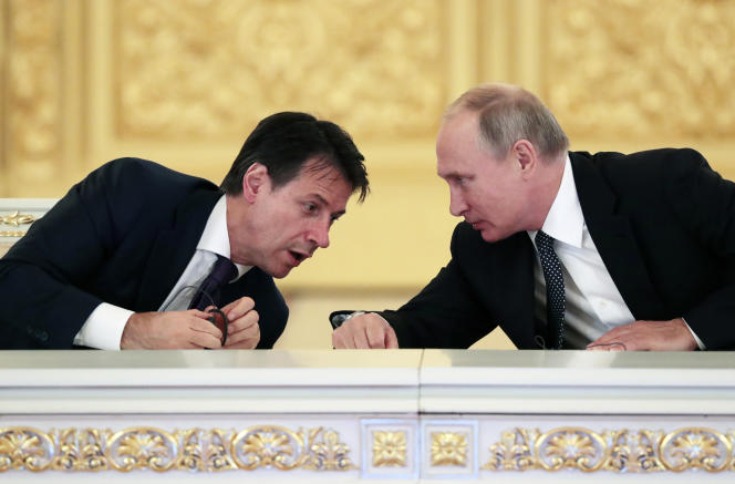 Le président du conseil italien Giuseppe Conte et le président russe Vladimir Poutine, le 24 octobre à Moscou.