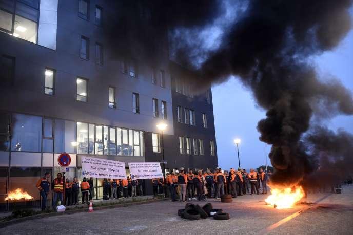 Des employés de l'aciérie Ascoval brûlent des pneus en signe de protestation contre la possible fermeture de leur usine, devant le siège de Vallourec, à Valenciennes (Nord), le 18 octobre.