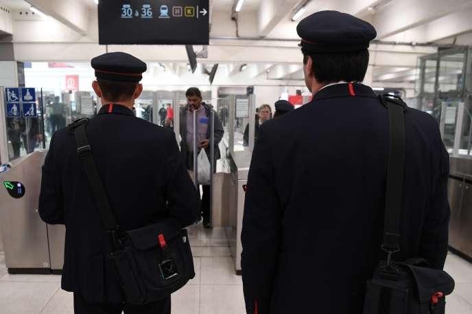 Des employés de la SNCF participent à l'opération antifraude du mardi 23 octobre, à la gare du Nord, à Paris.