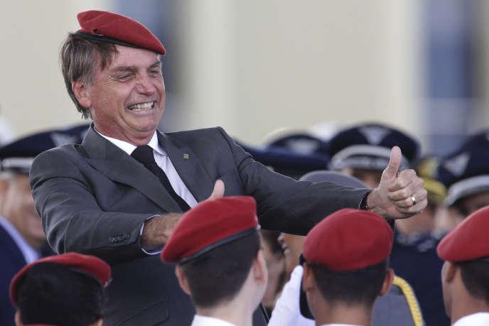Jari Bolsonaro pose avec les cadets lors d'une cérémonie, le 19 avril à Brasilia.
