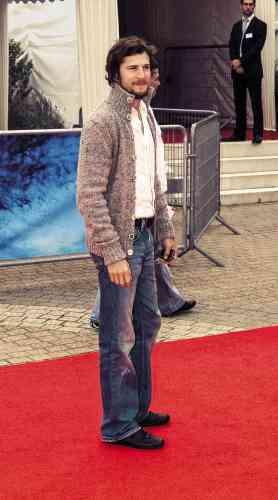 Trois ans plus tard, Guillaume Canet est membre du jury du Festival du cinéma américain de Deauville. Mais, il vient surtout d'achever le tournage de «Ne le dis à personne», futur succès public. Ce qui nous oblige à poser cette question: est-ce vraiment une tenue pour s'avancer vers la gloire? Pour le gilet, on peut en discuter. Pour le jeans bootcut (le bas évasé est censé permettre à une paire de boots de se glisser dessous) faussement usé, la réponse est non.