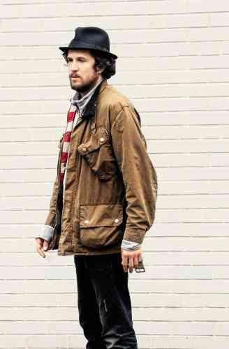 Trois ans plus tard, le chapeau est toujours là, pas la doudoune, remplacée par une veste mythique: la Barbour International, créée en 1936 pour les motards et reconnaissable à sa poche de carte inclinée, sa sangle de gorge, sa large ceinture et surtout à sa terrible odeur. Car l'International pue. Sinon ce ne serait pas vraiment une veste en coton huilé de chez Barbour.