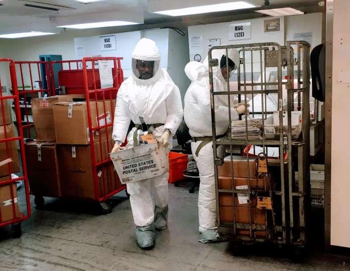 Des employés du département de la défense, chargés d'inspecter le courrier destiné au gouvernement américain, à Washington. Plusieurs colis piégés ont été interceptés depuis ces centres de tri.