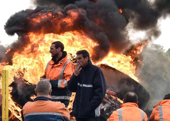 Des employés de l'aciérie Ascoval brûlent des pneus en signe de protestation contre la possible fermeture de leur usine, devant le siège de Vallourec, à Valenciennes (Nord), le 25 octobre.