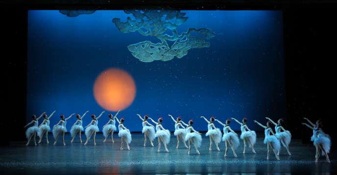 Le classique deMarius Petipa (d'après Hoffmann adapté par Alexandre Dumas) sur une musique deTchaïkovski, «Casse-Noisette», revu par le Ballet national de Chine.
