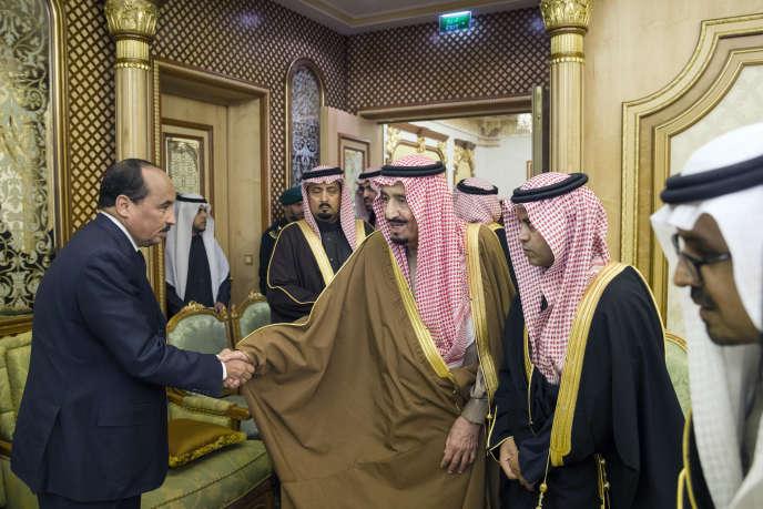 Le président mauritanien, Mohamed Ould Abdelaziz (à gauche), et le roi d'Arabie saoudite, Salman Ben Abdelaziz (centre), à Riyad, le 24janvier 2015.