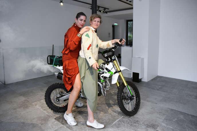 Laure Prouvost (à l'avant) et Martha Kirszenbaum au Studio des Acacias à Paris, le 18 octobre.