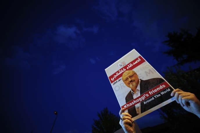Un homme dénonce la mort du journaliste et opposant saoudien Jamal Khashoggi devant le consulat d'Istanbul, en Turquie, le 25 octobre.