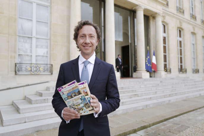 L'animateur Stéphane Bern avec des tickets pour le Loto du patrimoine à l'Elysée à Paris, en mai 2018.