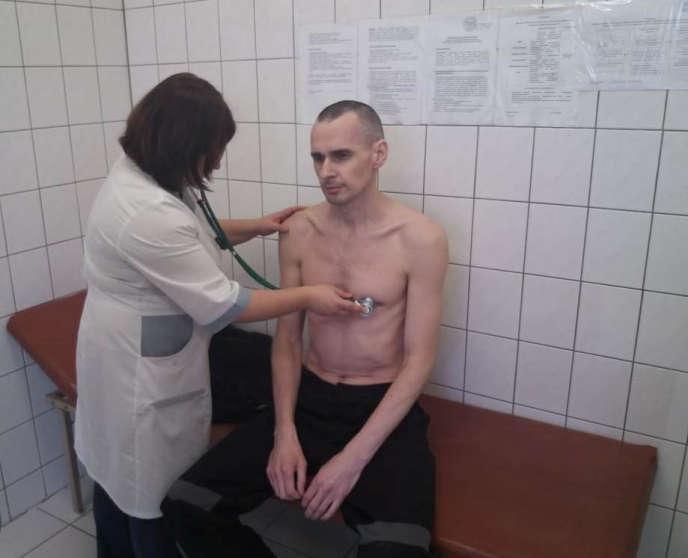Le réalisateur Oleg Sentsov, condamné à vingt ans de prison pour terrorisme, lors d'un examen médical, en Russie, le 29 septembre.