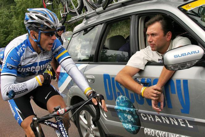 Johan Bruyneel dans la voiture de directeur sportif de Discovery Channel, en discussion avec Lance Armstrong sur le Tour de France 2005.
