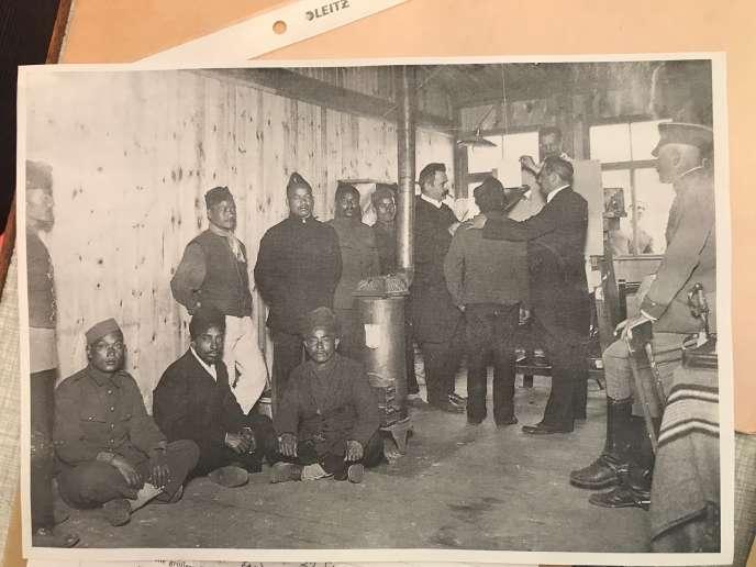 Séance d'enregistrement dans un camp de prisonniers par la Commission phonographique prussienne, durant la première guerre mondiale.