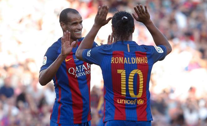 Rivaldo et Ronaldinho, ancien coéquipiers au Barça et actuels soutiens de Jair Bolsonaro, en juin 2017, à Barcelone, lors d'un match caritatif.