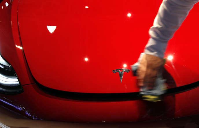 Une Tesla Model 3, dont la production et les livraisons ont fortement augmenté, au Salon de l'automobile de Paris, le 3 octobre.