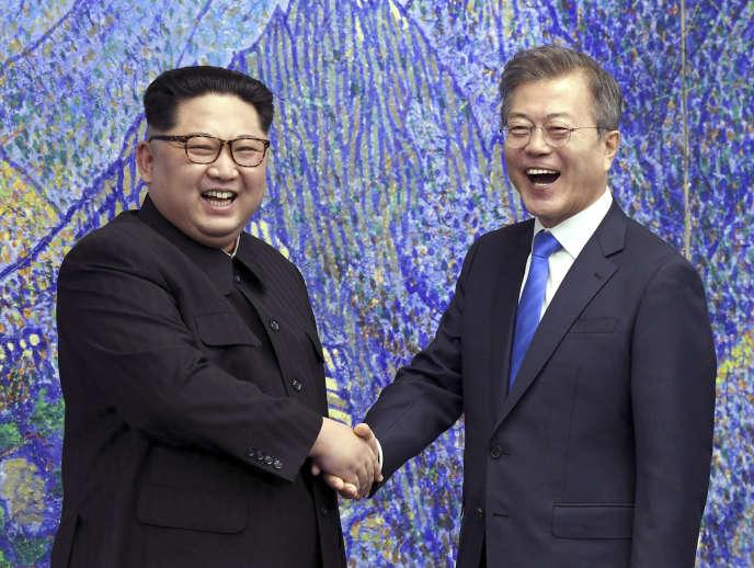 Le président sud-coréen, Moon Jae-in (à droite), et le dirigeant nord-coréen, Kim Jong-un, lors d'une rencontre dans la zone de sécurité commune duvillage frontalier de Panmunjom, le27avril2018.