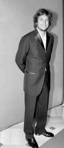 Guillaume Canet a le sourire. Et pour cause. A 30 ans, l'ancien champion d'équitation vient de réaliser son premier film, le très réussi «Mon idole». Mieux encore, sur le tournage de Jeux d'enfants, il vient de rencontrer Marion Cotillard, sa futurecompagne. Ainsi, tout irait à merveille pour lui s'il n'avait pas choisi de transformer son torse en un interminable tube, en portant une veste de smoking à trois boutons et en boutonnant les deux premiers.