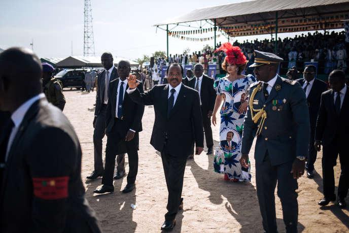 Le président camerounais, Paul Biya, accompagné par sa femme, Chantal, à Maroua, le 22octobre 2018.